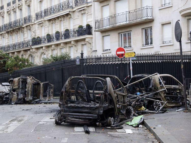 Des voitures brûlées jonchent les rues de Paris après les troubles de samedi