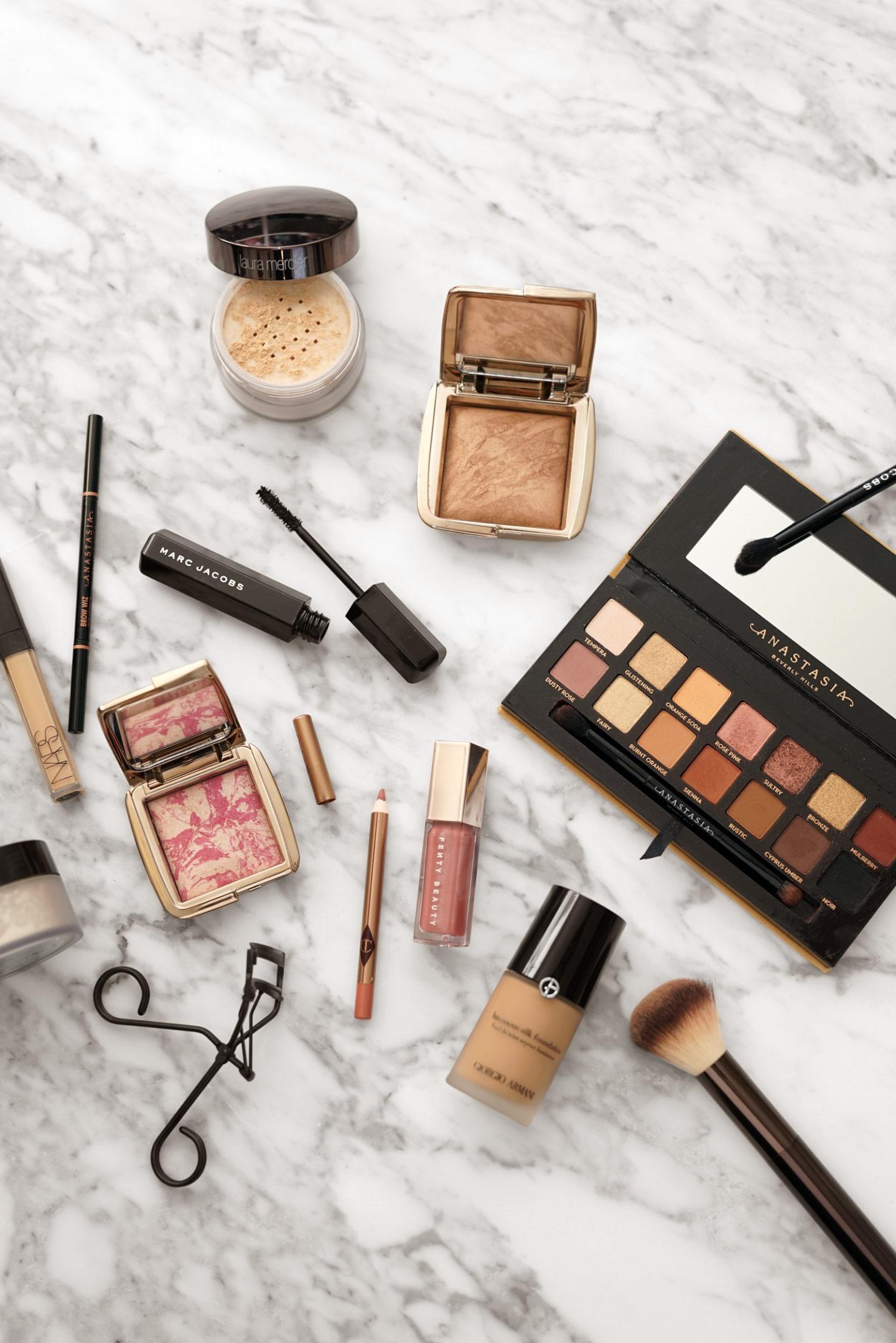 Soft Glam Glowy Makeup avec Anastasia Soft Glam, bronzier à éclairage ambiant pour sablier, Fenty Gloss Bomb Fussy | Le look book beauté
