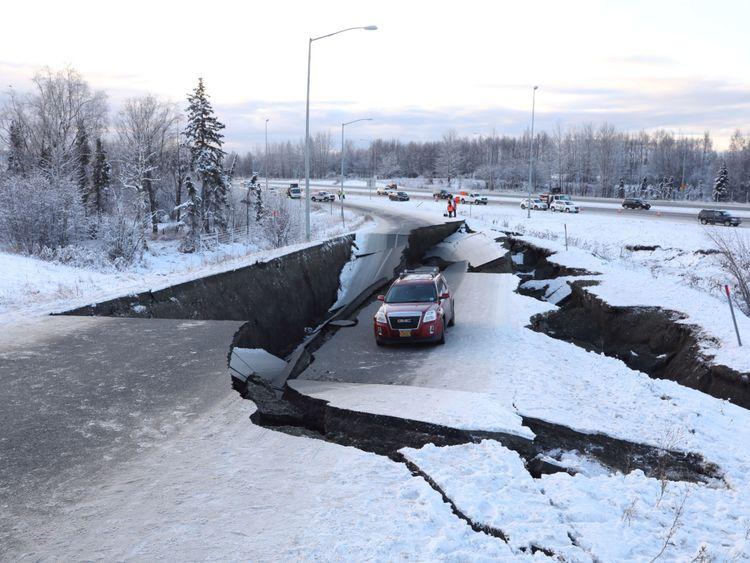 Un véhicule en panne repose sur une chaussée effondrée près de l'aéroport après le tremblement de terre à Anchorage