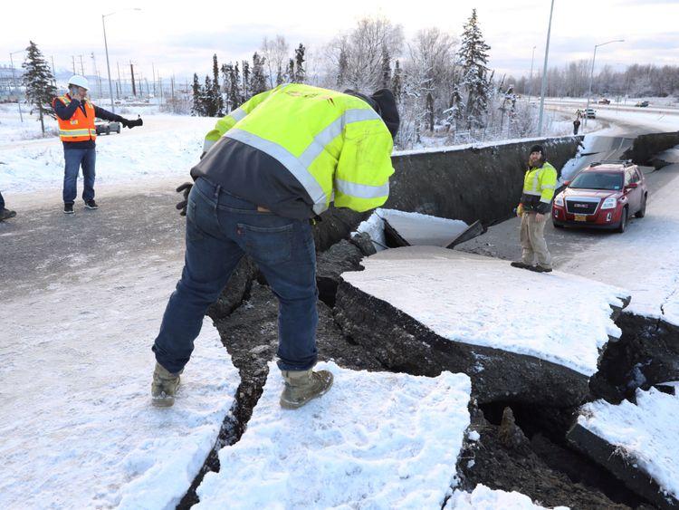 La route s'est effondrée après le séisme de magnitude 7,0