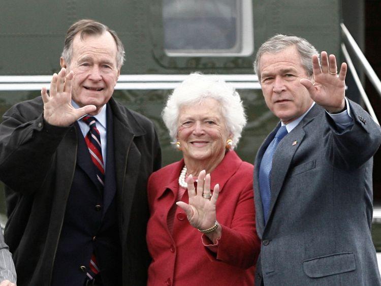 Le président américain George W. Bush (à droite) fait des vagues aux côtés de ses parents, l'ancien président George Bush et de l'ancienne première dame Barbara Bush, à leur arrivée à Fort Hood, au Texas, le 8 avril 2007