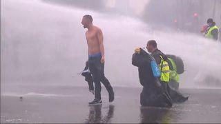 """La police anti-émeute française a tiré des gaz lacrymogènes et des canons à eau sur des manifestants """"en veste jaune"""" qui avaient brisé un cordon de sécurité avant la manifestation contre la flambée des prix du carburant. """"Srcset ="""" https://e3.365dm.com/18/12/320x180/skynews-france-fuel -protests_4505383.jpg? 20181201104543 320w, https://e3.365dm.com/18/12/640x380/skynews-france-fuel-protests_4505383.jpg?20181201104543 640w, https://e3.365dm.com/18/12 /736x414/skynews-france-fuel-protests_4505383.jpg?20181201104543 736w, https://e3.365dm.com/18/12/992x558/skynews-france-fuel-protests_4505383.html30183045454529 .365dm.com / 18/12 / 1096x616 / skynews-france-fuel-protests_4505383.jpg? 20181201104543 1096w, https://e3.365dm.com/18/12/1600x900/skynews-france-fuel-protests-4505383.jpg? 20181201104543 1600w, https://e3.365dm.com/18/12/1920x1080/skynews-france-fuel-protests_4505383.jpg?20181201104543 1920w, https://e3.365dm.com/18/12/2048x1152/skynews- france-fuel-protests_4505383.jpg? 20181201104543 2048w """"tailles ="""" (largeur minimale: 900px) 992px, 100vw"""