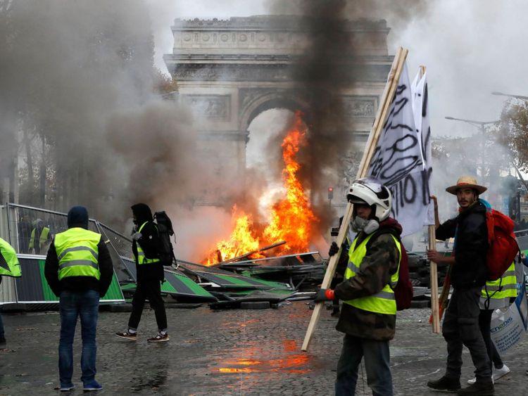 Les routes menant au célèbre Arc de Triomphe ont été fermées
