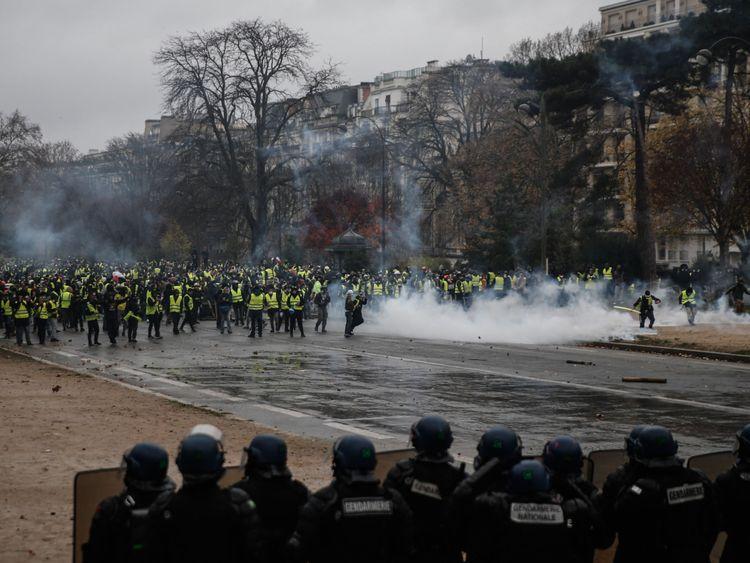 Les manifestants affrontent la police anti-émeute à Paris le 1er décembre
