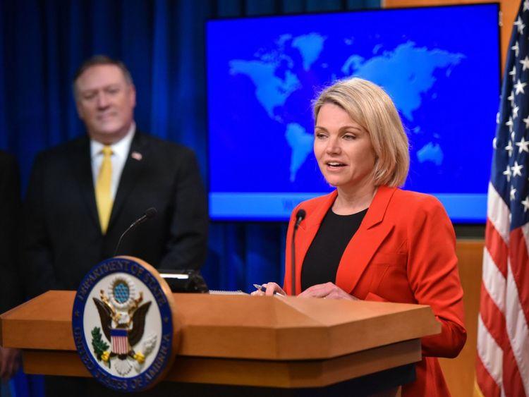 Heather Nauert présente le secrétaire d'État Mike Pompeo lors de la publication officielle d'un rapport