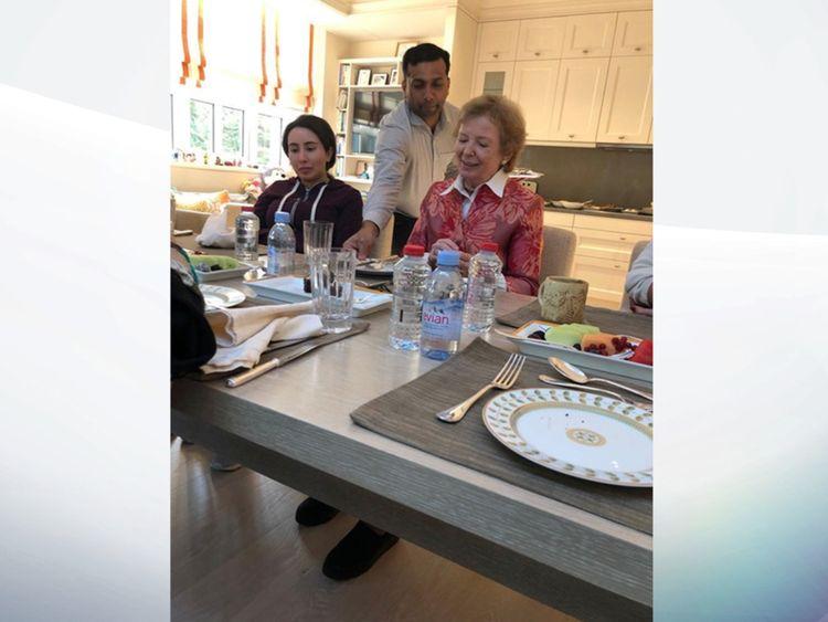 Latifa, à gauche, images lors d'un repas. Photo: Ministère des affaires étrangères et de la coopération internationale des Émirats arabes unis