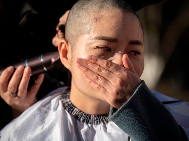 Li Wenzu a la tête rasée pour protester contre la détention de son mari et avocat chinois des droits de l'homme, Wang Quanzhang.