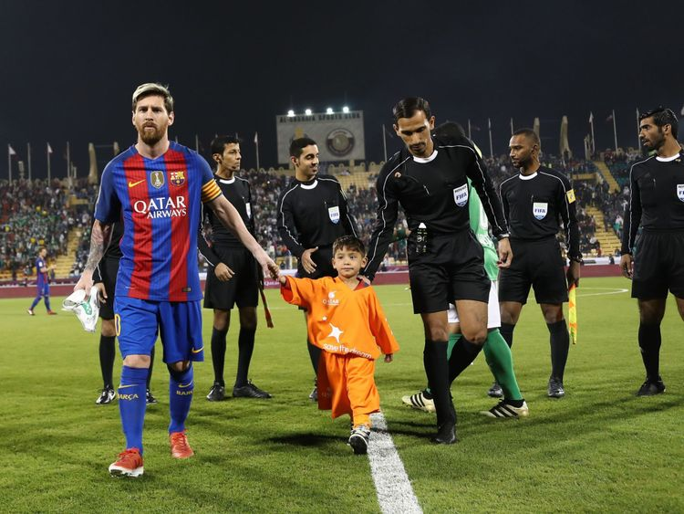 Messi serre la main du jeune fan avant un match amical au Qatar