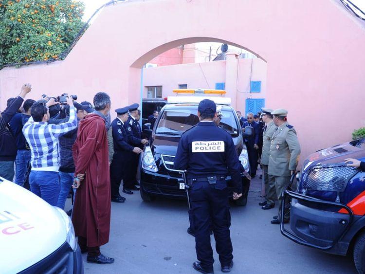 Une photo prise le 20 décembre 2018 montre des policiers marocains en attente devant une morgue de la capitale Marrakech, avant le transport des corps des deux randonneurs scandinaves assassinés à l'aéroport.