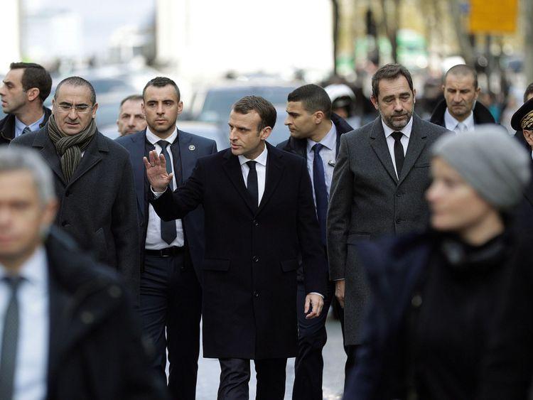 Emmanuel Macron (C) avec le ministre de l'Intérieur, Christophe Castaner (2ndR), et le chef de la police parisienne, Michel Delpuech (R), arrivent à l'Arc de Triomphe