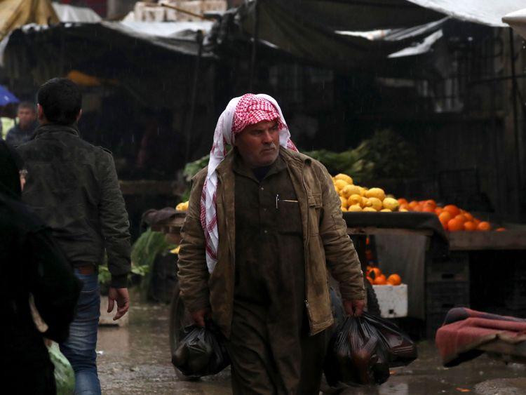 Un homme syrien se promène dans un bazar de la ville de Manbij, dans le nord de la Syrie