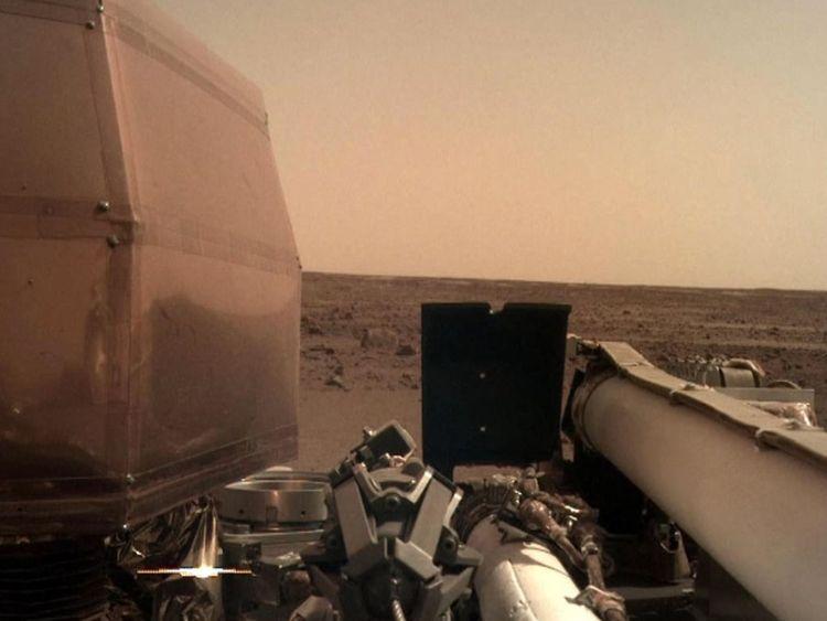 InSight prend un selfie & # 39; sur la surface de Mars en utilisant une caméra sur son bras robotique