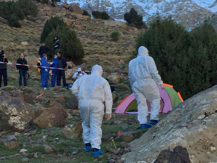 Des policiers travaillent à côté d'une tente où les corps de deux femmes scandinaves ont été retrouvés