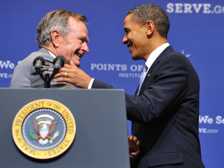 L'ancien président américain George H.W. Bush (à gauche) salue le président Barack Obama après l'avoir présenté le 16 octobre 2009