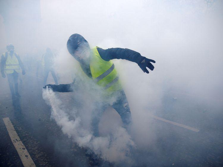 Des gaz lacrymogènes ont été tirés sur les manifestants, dont certains ont lancé des objets sur la police