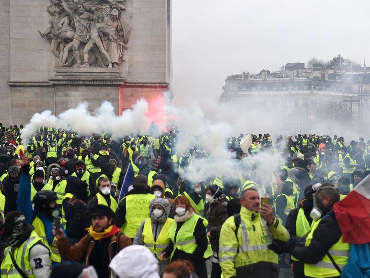 """Le ministre français de l'Intérieur a déclaré 1 500 """"agitateurs"""". étaient parmi ceux à Paris ce matin"""