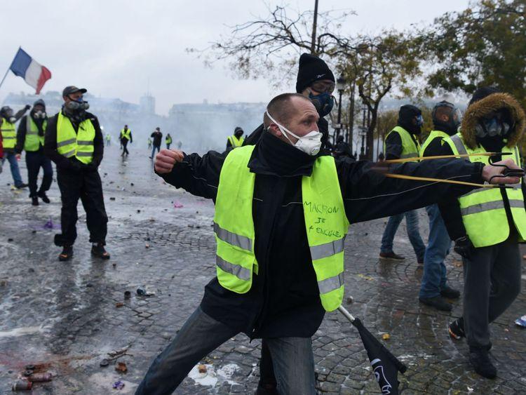 Le mouvement porte le nom des vestes fluorescentes que la loi oblige les automobilistes à conserver