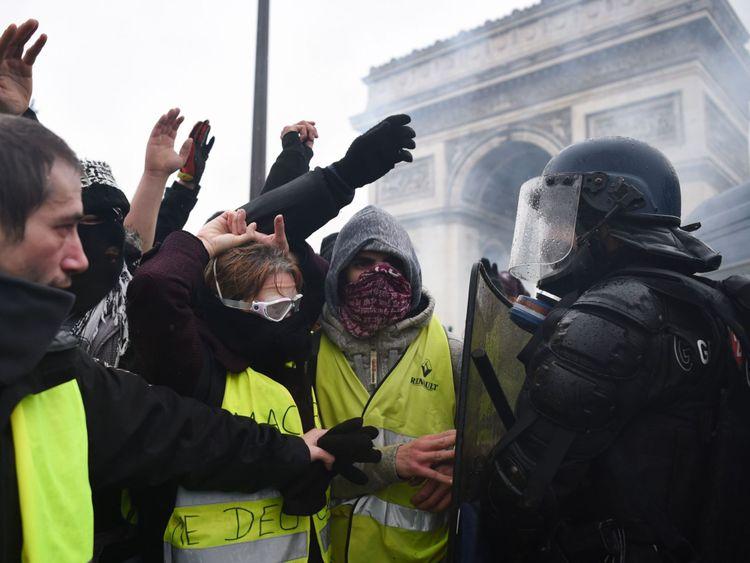 Des manifestants ont été entendus en train de scander «La démission de Macron».