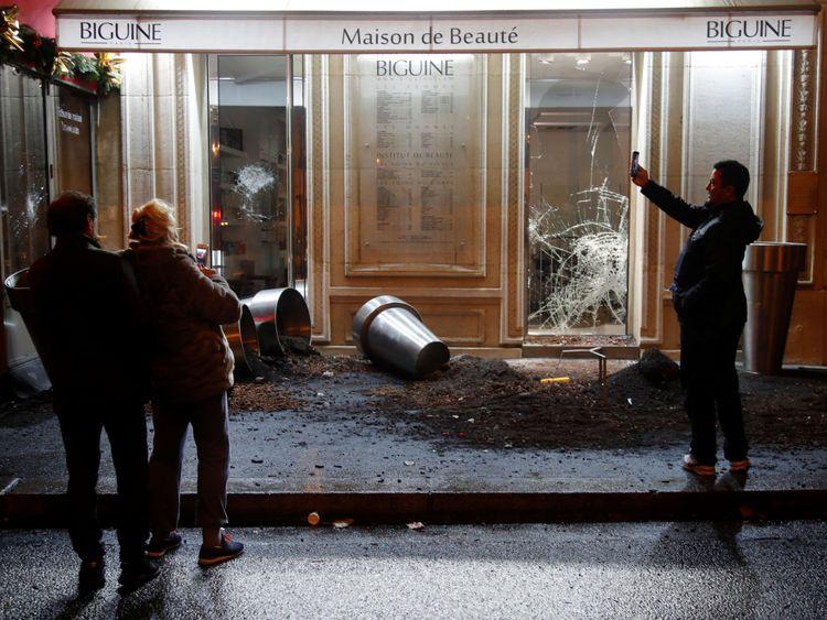 Les magasins ont été vandalisés lors d'un troisième week-end de manifestations