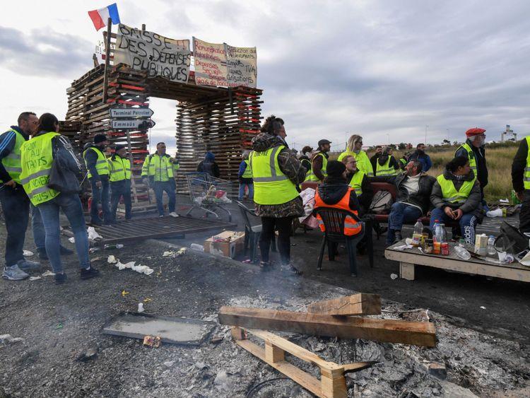 & # 39; Gilet jaune & # 39; les manifestants ont également bloqué les dépôts de carburant