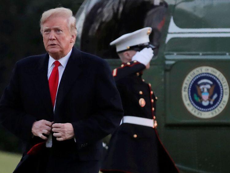 Le président Donald Trump quitte Marine One et traverse la pelouse sud après son retour à la Maison Blanche