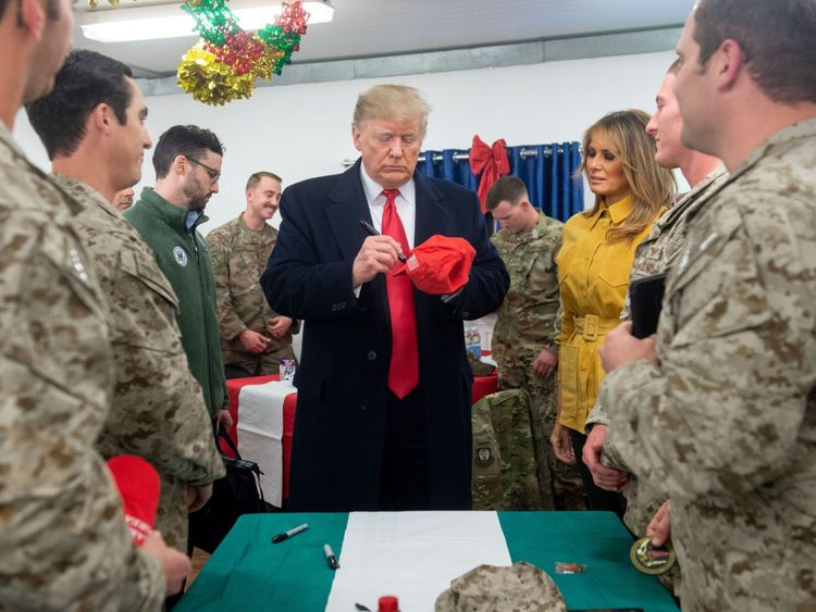 Le président américain Donald Trump et la première dame Melania Trump arrivent pour parler à des membres de l'armée américaine lors d'un voyage non annoncé à la base aérienne Al Asad en Irak le 26 décembre 2018. - Le président Donald Trump est arrivé en Irak lors de sa première visite aux troupes américaines déployées dans une zone de guerre depuis son élection il y a deux ans (photo de SAUL LOEB / AFP) (Le crédit photo devrait correspondre à SAUL LOEB / AFP / Getty Images)