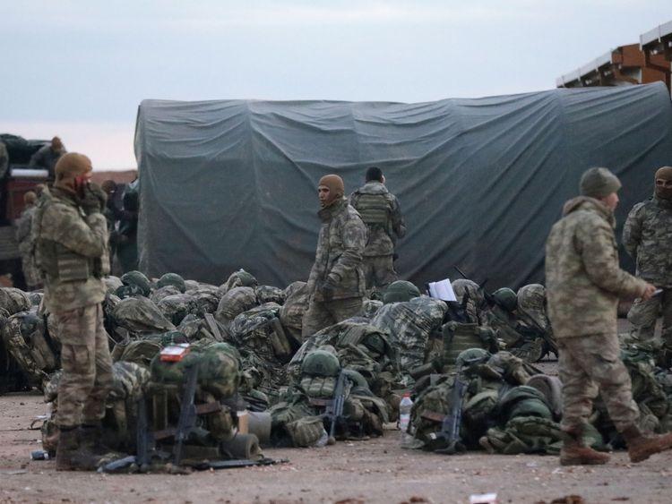 Soldats turcs dans la campagne autour de Manbij