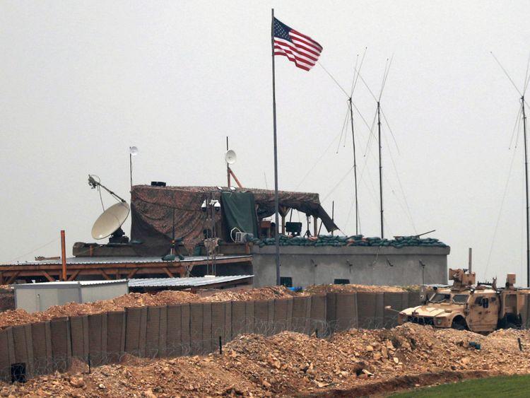 Les forces américaines & # 39; véhicules et structures à la périphérie de Manbij