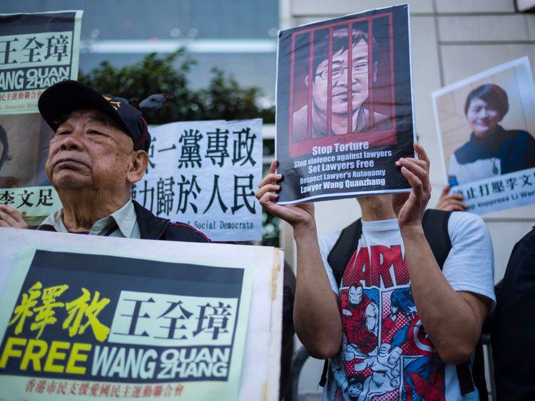 Des militants tiennent des pancartes de l'avocat des droits de l'homme chinois Wang Quanzhang et de son épouse Li Wenzhu, détenus