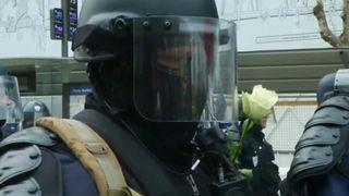 Fleurs données à la police lors d'une manifestation