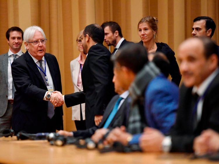 Martin Griffiths (à gauche) a serré la main des délégués yéménites alors que les pourparlers étaient sur le point de commencer