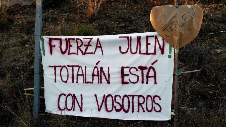 Les sections locales ont mis en place une bannière sur laquelle est écrit Julen, Totalen est avec vous & # 39;