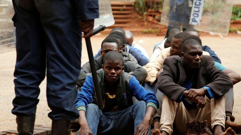 Les personnes arrêtées pendant les manifestations attendent de comparaître devant un magistrat & # 39; tribunal à Harare