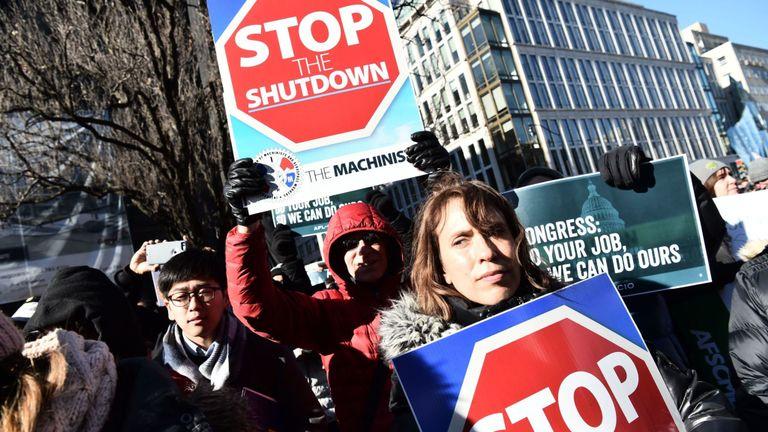 Les travailleurs syndicaux manifestent contre la fermeture du gouvernement