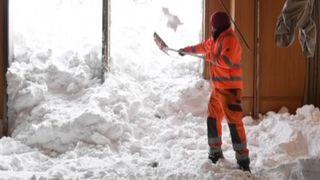 """La clairance commence dans un hôtel suisse frappé par une avalanche """"srcset ="""" https://e3.365dm.com/19/01/320x180/skynews-avalanche-switzerland_4543639.jpg?20190111172210 320w, https://e3.365dm.com /19/01/640x380/skynews-avalanche-switzerland_4543639.jpg?20190111172210 640w, https://e3.365dm.com/19/01/736x414/skynews-avalanche-switzerland_4543639.jpg?s encore une fois. .365dm.com / 19/01 / 992x558 / skynews-avalanche-switzerland_4543639.jpg? 20190111172210 992w, https://e3.365dm.com/19/01/1096x616/skynews-avalanche-switzerland_4543639.jpg? : //e3.365dm.com/19/01/1600x900/skynews-avalanche-switzerland_4543639.jpg? 20190111172210 1600w, https://e3.365dm.com/19/01/1920x1080/skynews-avalanche-switzerland_4543639.jpg? 20190111172210 1920w, https://e3.365dm.com/19/01/2048x1152/skynews-avalanche-switzerland_4543639.jpg?20190111172210 2048w """"tailles ="""" (largeur minimale: 900px) 992px, 100vw"""
