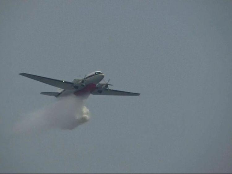 Les avions sont utilisés pour distribuer des produits chimiques qui vont déclencher la pluie pour éliminer la pollution