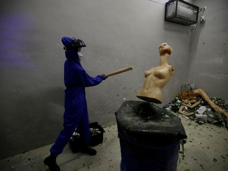 Une femme écrase un mannequin pour libérer de la colère