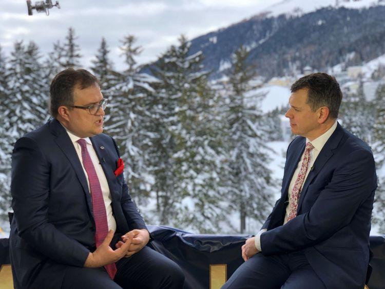 Adam Parsons, correspondant de Sky News, s'entretient avec Michal Krupinski, directeur général de la Bank Pekao, à Davos, le 29 janvier 2019.