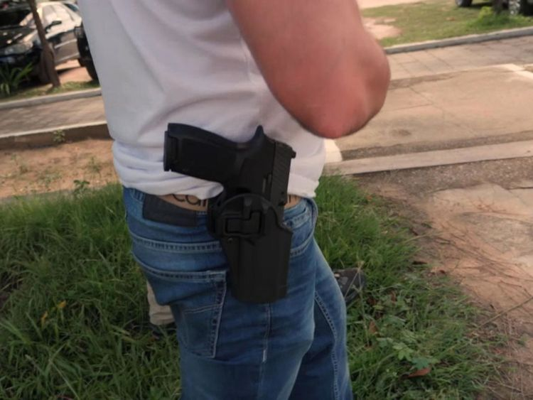 Le secrétaire à la sécurité de l'État du Ceará, André Santos Costa, est également policier et porte une arme à feu.