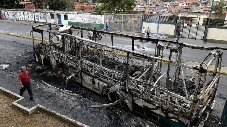 Un bus en panne à Caracas après les émeutes de l'anniversaire du soulèvement de 1958 qui renversa une dictature militaire