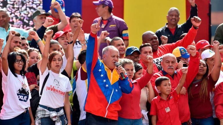 Le chef de l'Assemblée constituante du Venezuela et le bras droit du président Nicolas Maduro, Diosdado Cabello, s'adressent à une foule de partisans du gouvernement.