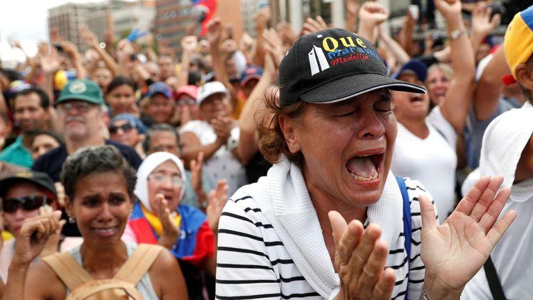 Une femme célèbre après que M. Guaido se soit déclaré président par intérim