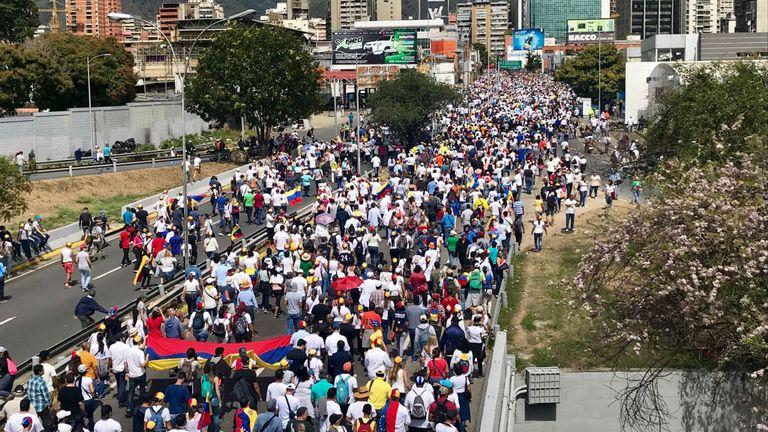 Mille après milles de manifestants dans les rues de Caracas