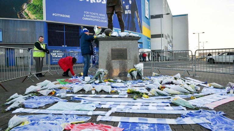 Des fleurs et des écharpes ont été laissés en dehors du stade de la ville de Cardiff