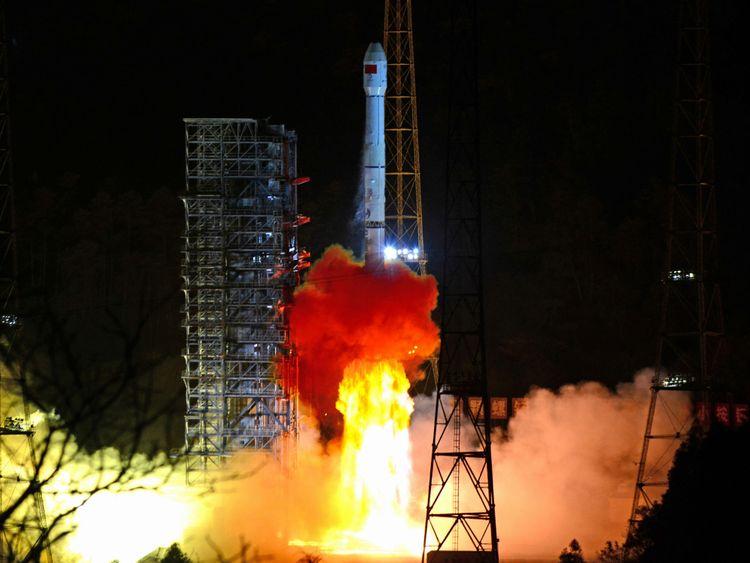 Une fusée de longue durée Mars-3B portant la sonde lunaire Chang & e 4 décolle du centre de lancement de satellites de Xichang dans la province du Sichuan en Chine le 8 décembre 2018