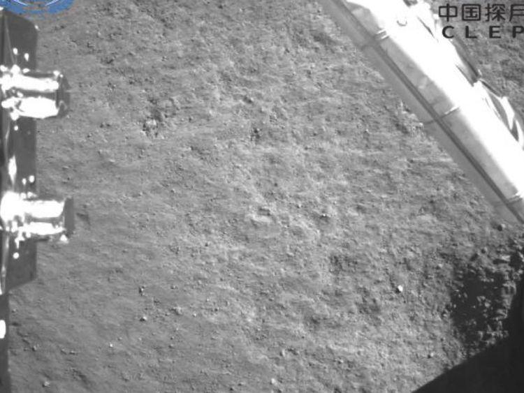 Cette image du côté sombre de la lune est une image prise par la caméra lorsque le détecteur est éteint. Photo: Administration spatiale nationale de Chine