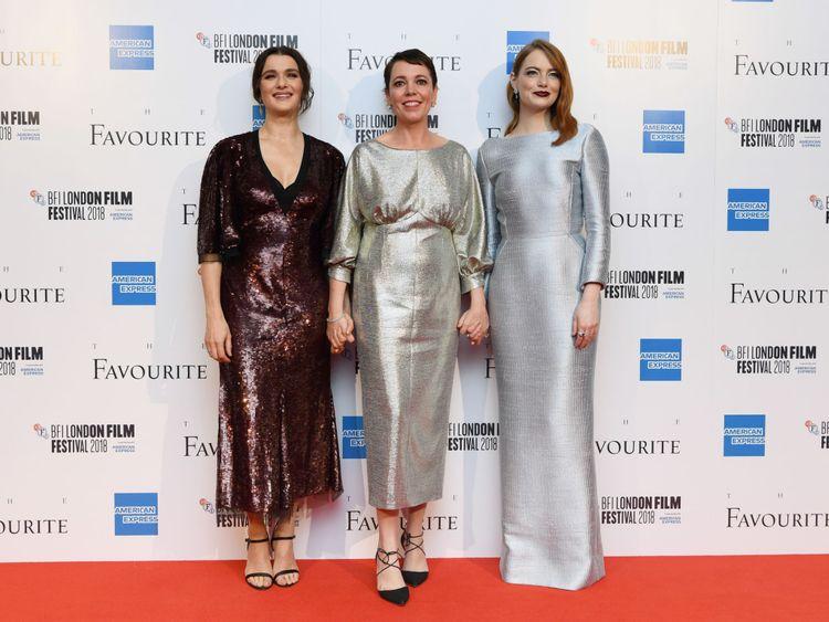 Les trois principales femmes de The Favorite posent sur le tapis rouge