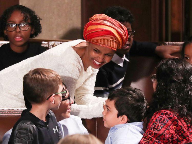 Le représentant élu des États-Unis, Ilhan Omar (D-MI) discute avec des enfants à la Chambre.