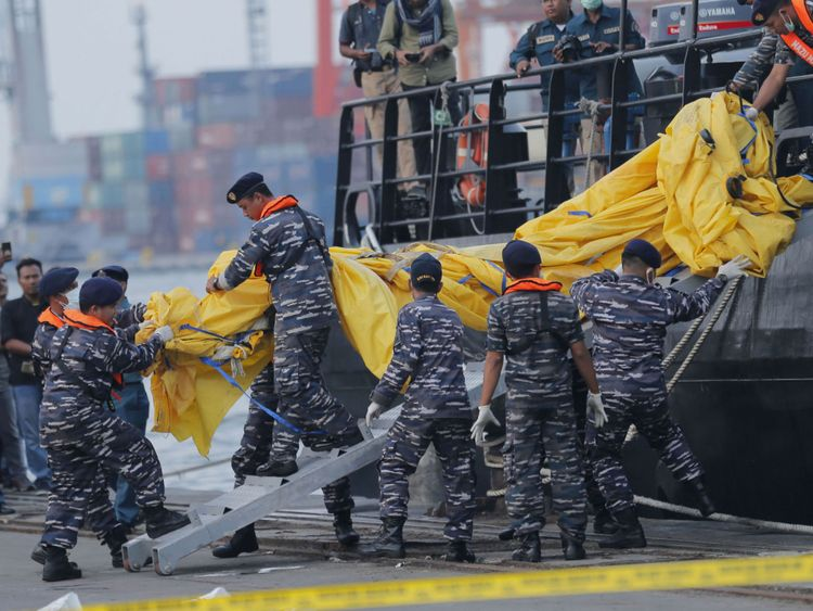Le personnel de la marine retire les pièces récupérées du jet Lion Air