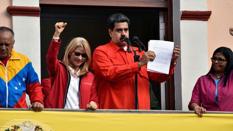 Maduro avec son épouse Cilia Flores, le vice-président Delcy Rodriguez et Diosdado Cabello s'adressent aux partisans